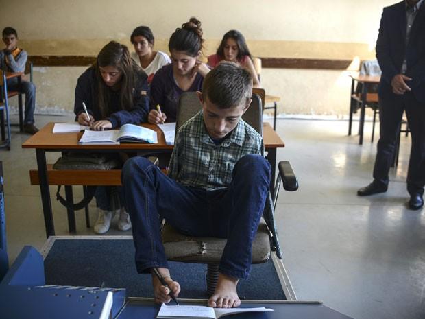 Menino tem habilidade nos estudos e na pintura (Foto: Armend Nimani/AFP)