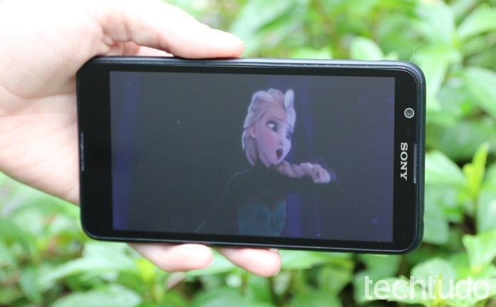 A tela do Xperia E4 tem resolução qHD (Foto: Luana Marfim\TechTudo)