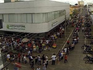 Eleitores fazem filas em quarteirão para recadastramento biometrico (Foto: Magno Bonfim/TV Clube)