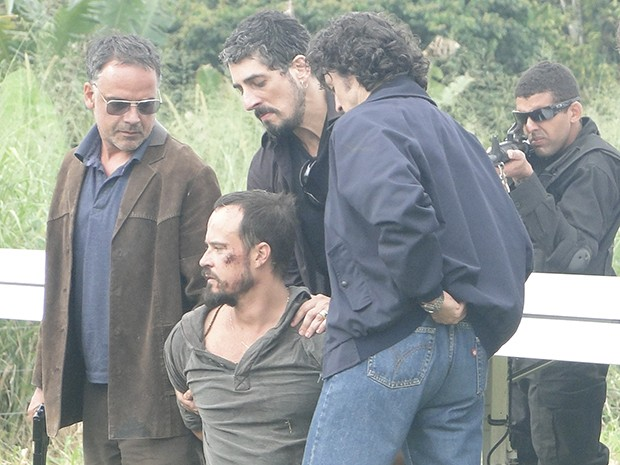 Agentes da polícia imobilizam Marco Baroni. A caça acabou!  (Foto: A Teia / TV Globo)