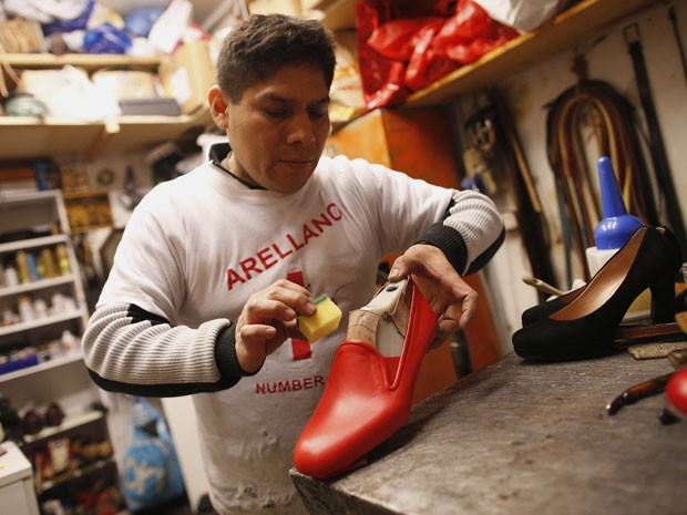 9811d7bf1 O peruano Antonio Arellano, de 43 anos, fabrica o sapato vermelho de Bento  XVI