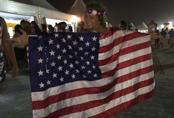 Americana mostra a bandeira de seu país, toda orgulhosa (Foto: Lucas Barros)