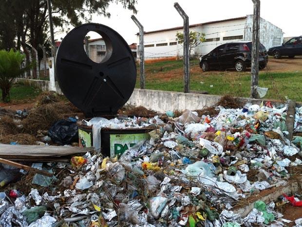 Lixo se acumula na frente do Complexo Penal João Chaves, na Zona Norte de Natal (Foto: Caroline Holder/G1)