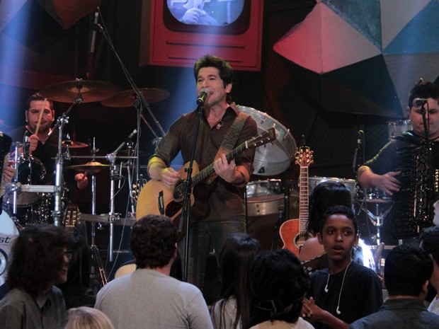 Cantor se apresenta durante o programa Altas Horas (Foto: TV Globo/Altas Horas)