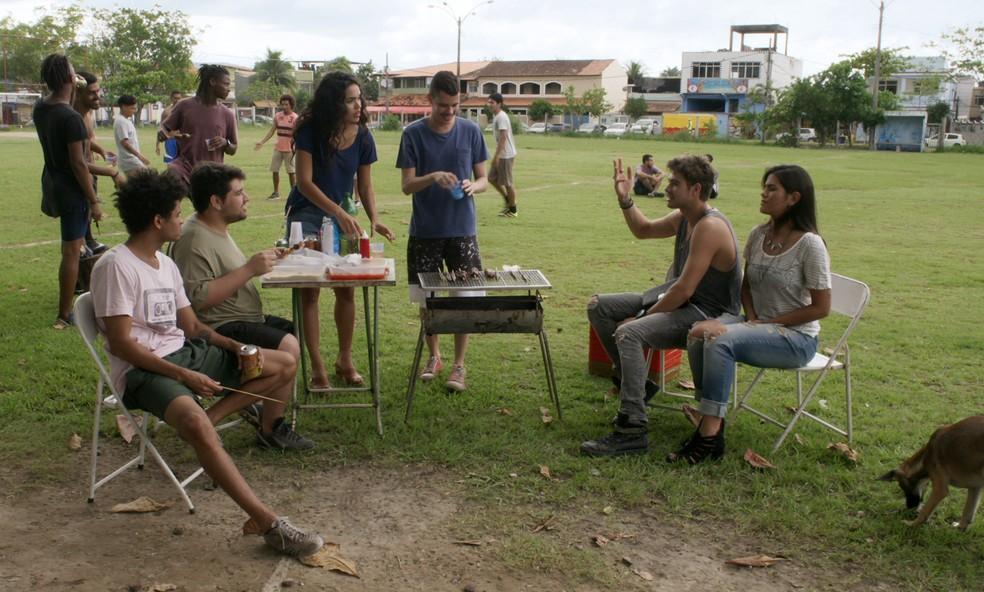Manu fica desconfortável entre os amigos de Léo de Mesquita (Foto: TV Globo)