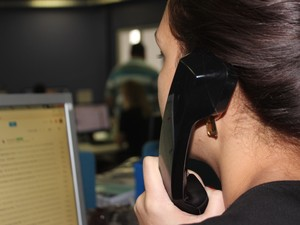 Voluntários prestam gratuitamente assistência emocional por telefone (Foto: Fernando Brito/G1)