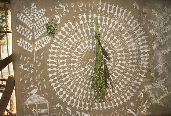 As paredes do banco de sementes da Navdanya são decoradas com desenhos da etnia Warli que mostram a importância da agricultura na cultura (Foto: © Haroldo Castro/ÉPOCA)