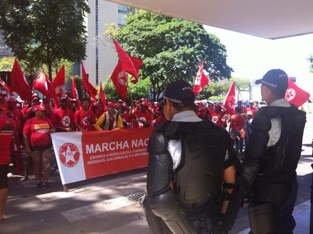 Policiais militares observam manifestantes da Frente Nacional de Luta em frente a ministério (Foto: Luciana Amaral/G1)