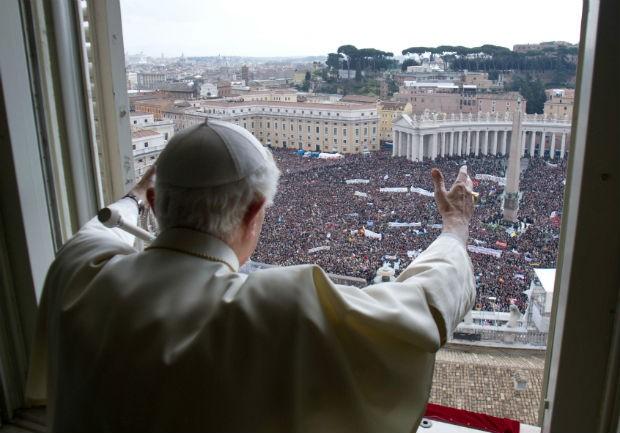 Bento XVI abençoa os fiéis na Praça de São Pedro, em seu último Ângelus (Foto: L'Osservatore Romano, ho/AP)