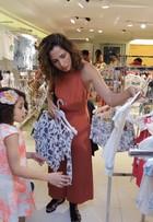 Camila Pitanga leva filha, Antônia, a evento de moda