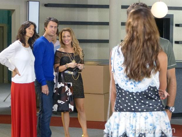Shirley provoca Laerte falando de Luiza e Leto  e Verônica gosta (Foto: Em Família/TV Globo)