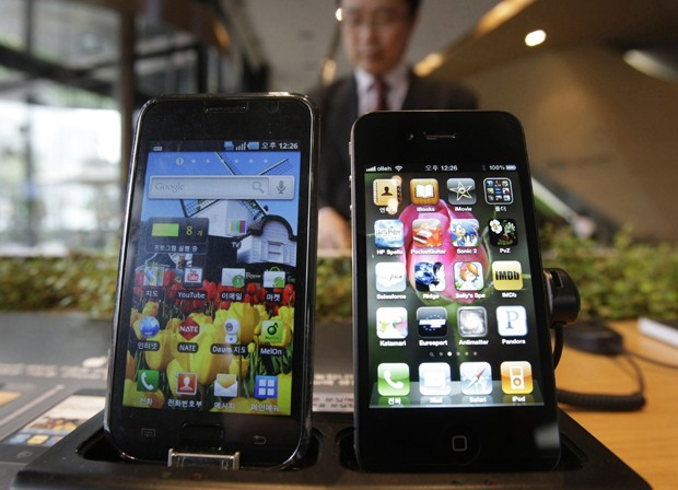 Um Galaxy S, da Samsung, ao lado de um iPhone 4, da Apple (Foto: AP Photo/Ahn Young-joon, File)