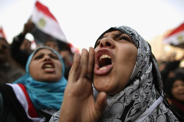 Egípcias comemoram o primeiro aniversário da revolução que derrubou o ex-ditador Hosni Mubarak, em 2012 (Foto: Getty Images)