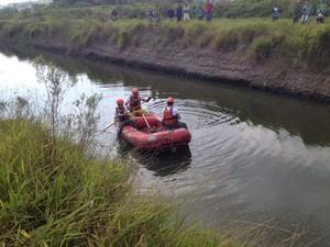 Bombeiros buscam pistas de policial em córrego de Suzano (Foto: Tatiane Santos/G1)