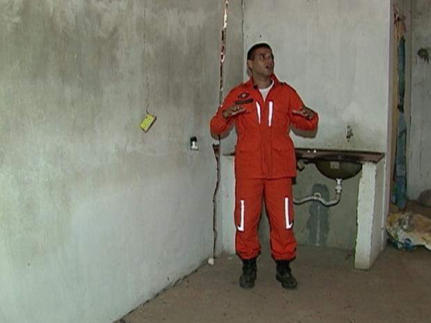Casas com problemas estruturais foram condenadas pela Defesa Civil (Foto: Reprodução/TV Asa Branca)