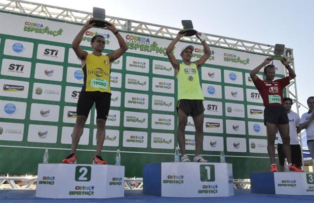 Os vencedores da Corrida e Caminhada Esperança 2013 em Campinas, SP (Foto: Priscila Nascimento/EPTV)