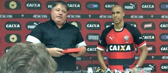 Meia Jorge Wagner é apresentado pelo Vitória na Toca do Leão (Foto: Eric Luis Carvalho)