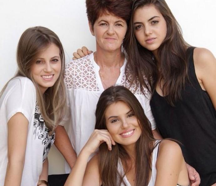 Camila Queiroz família mãe irmã irmãs (Foto: Arquivo pessoal)