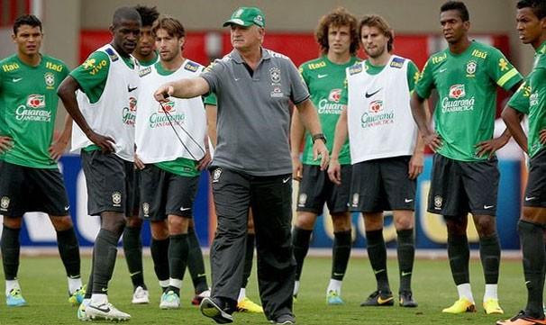 Felipão treina time que deve entrar em campo contra a Austrália. (Foto: Mowa Press)