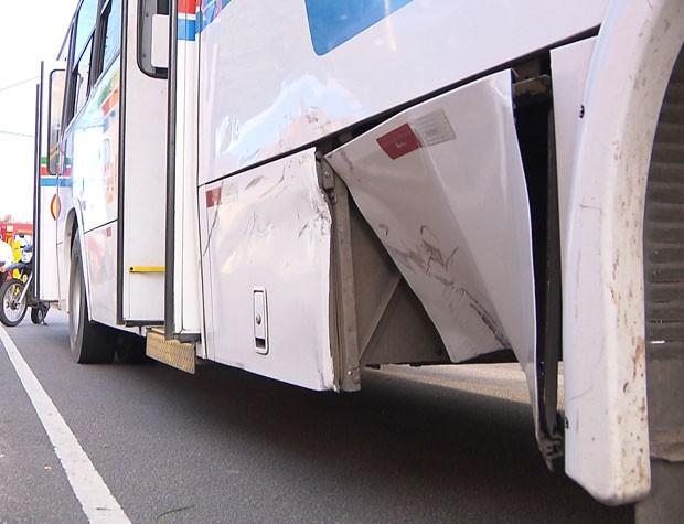 Lateral do ônibus ficou danificada devido a força do choque com a motocileta (Foto: Reprodução/TV Cabo Branco)