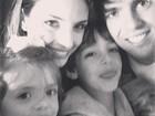 Carol Celico posa com Kaká e os filhos durante passeio