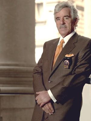 Dennis Farina em 'Law & Order' (Foto: AP/NBC/Paul Drinkwate)
