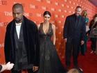 Comediante deita no tapete vermelho para Kim Kardashian atravessar