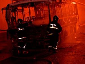 ônibus foi incendiado nesta quinta (13), em Natal (Foto: Reprodução/Inter TV Cabugi)