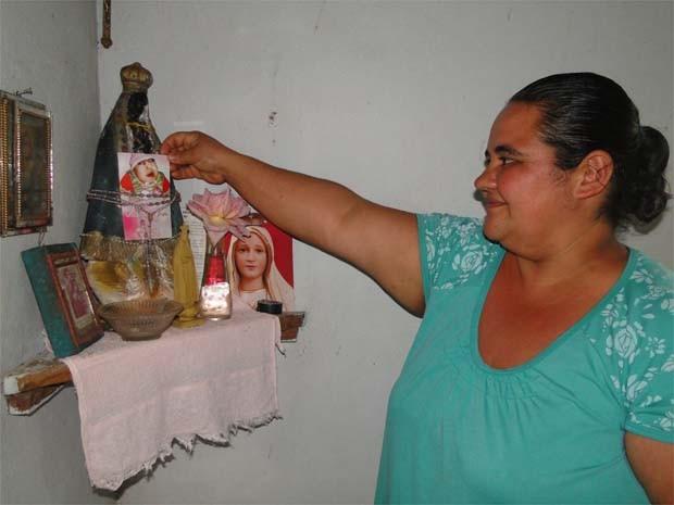 Cacilda Galante Ferreira mantém relicário com fotos e objetos da filha Marcela  (Foto: Adriano Oliveira/ G1)