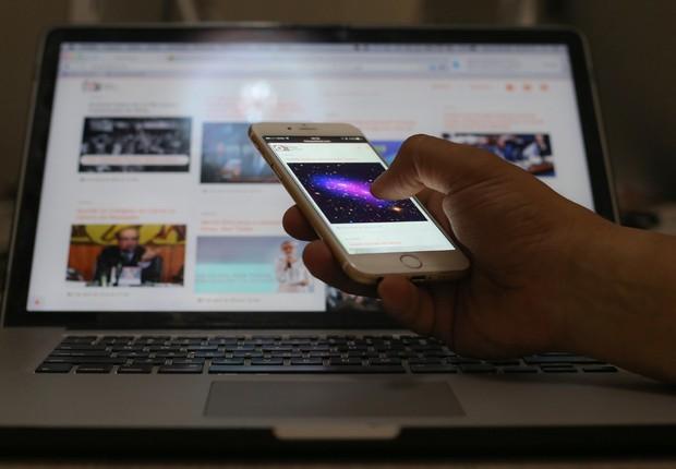 O uso do telefone celular para acessar a internet ultrapassou o do computador pela primeira vez no Brasil (Foto: Bruno de los Santos/Fotos Públicas)