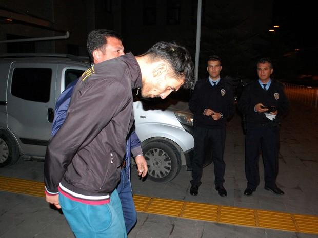 O belga de origem marroquina Ahmed Dahmani, de 26 anos, acusado de ter participado em operações de reconhecimento para eleger os locais dos atentados de Paris, é detido em Antalya, na Turquia (Foto:  AFP PHOTO/IHLAS NEWS AGENCY)
