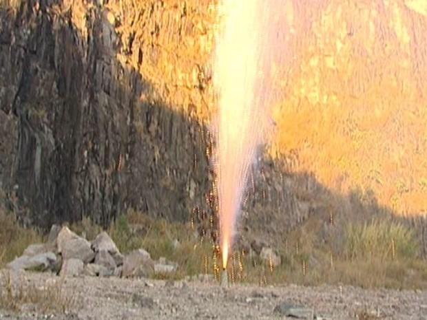 Alguns fogos são analisados na área externa  (Foto: Reprodução/Tv Integração)