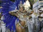 Aline Riscado usa fantasia cravejada de cristais em sua estreia na Sapucaí