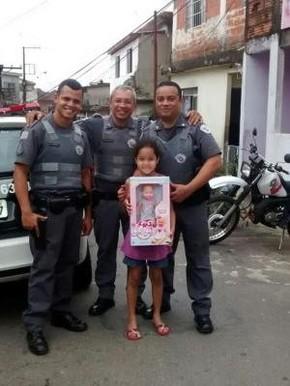 Policiais também compraram presente para Stephany (Foto: Arquivo Pessoal)