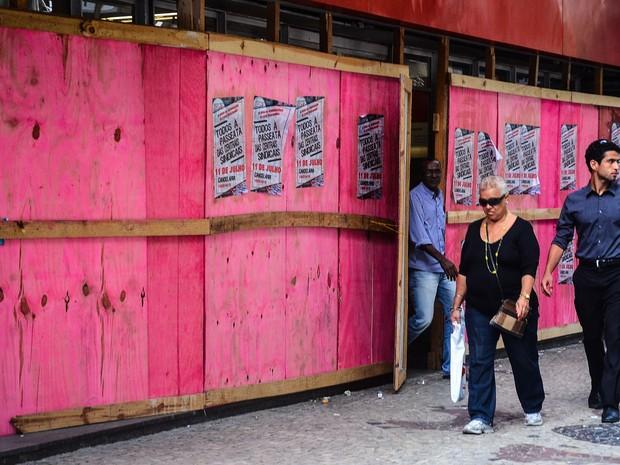 O comércio do Centro do Rio de Janeiro se prepara para os   protestos da greve geral prevista para quinta-feira. As lojas   prevêem liberar os funcionários mais cedo e providenciam reforço nas portas com tapumes de madeira (Foto: Marcelo Fonseca/Brazil Photo Press/Estadão Conteúdo)