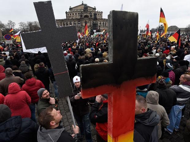 Manifestantes do movimento Pegida levam cruzes a protesto contra Islã em Dresden, na Alemanha, neste domingo (Foto: AFP Photo/Jens Meyer)