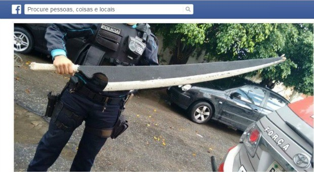 Espada de madeira pode intimidar pessoas, diz polícia (Foto: Facebook/Reprodução)