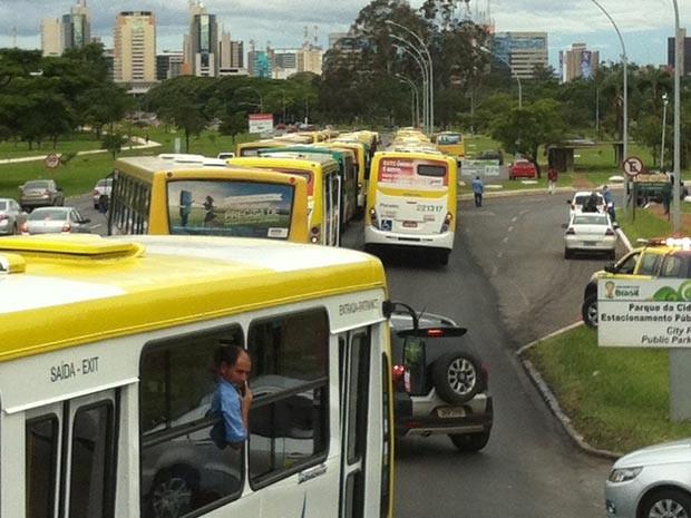 Cerca de 300 ônibus paritiparam de manifestação no Eixo Monumental nesta segunda (16) em Brasília (Foto: Paulo Pimenta/G1)