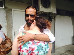 Joice chora abraçada ao marido ao ter a confirmação da morte do irmão (Foto: Lívia Torres / G1)