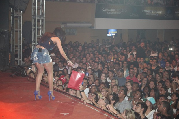 Anitta ganha presente de fã em show em Duque de Caxias (Foto: Dudu Fotógrafo/Divulgação)