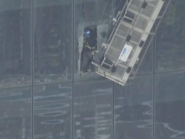 Bombeiros resgatam funcionários que estavam presos em andaime no One World Trade Center (Foto: Reprodução/Twitter/NBC)