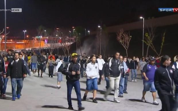 Torcida do Corinthians deixa estádio antes do término da partida (Foto: Reprodução SporTV)