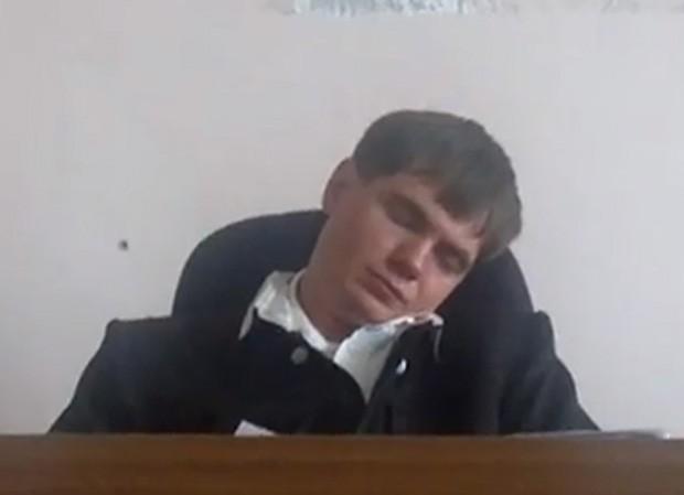 Após a soneca, juiz ainda condenou réu a 5 anos de prisão (Foto: Reprodução)