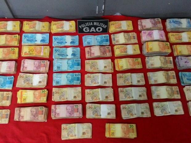 Dinheiro jogado na rua durante perseguição policial estava em sacola  (Foto: Divulgação/ Polícia Militar)
