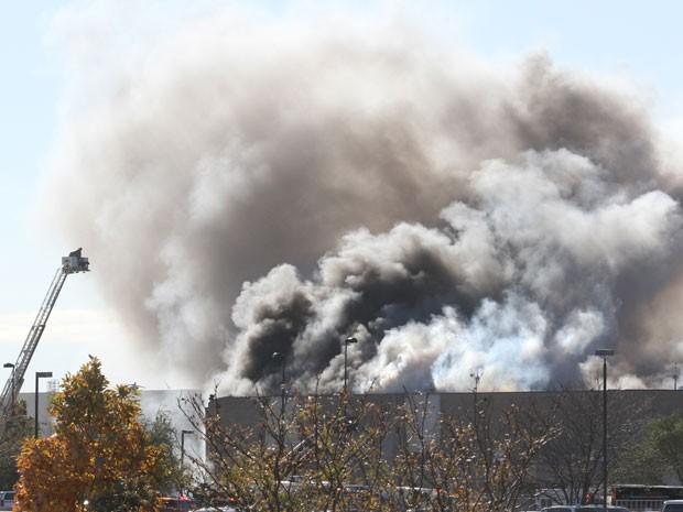 Fumaça é vista em um prédio do aeroporto de Mid-Continent, em Wichita, após colisão de avião de pequeno porte (Foto: AP Photo/The Wichita Eagle, Brian Corn)