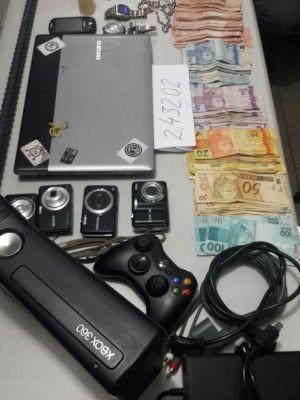Foram apreendidos vários produtos, dinheiro e drogas  (Foto: Polícia Militar/ Divulgação)