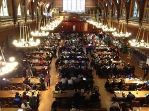 Alunos reunidos no Salão Annenberg depois de serem evacuados de prédios do campus por não confirmados de que os explosivos foram plantados na Universidade de Harvard (Foto: The Crimson Harvard via Reuters/ Reuters)