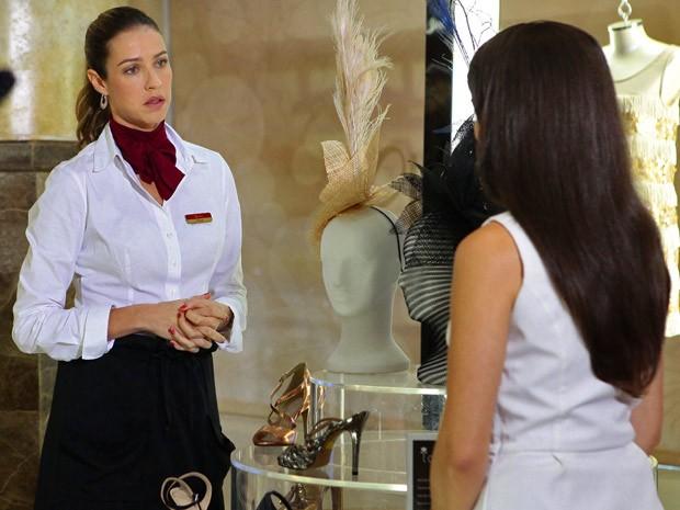 Vânia e Carolina batem boca na Charlô's (Foto: Guerra dos Sexos / TV Globo)