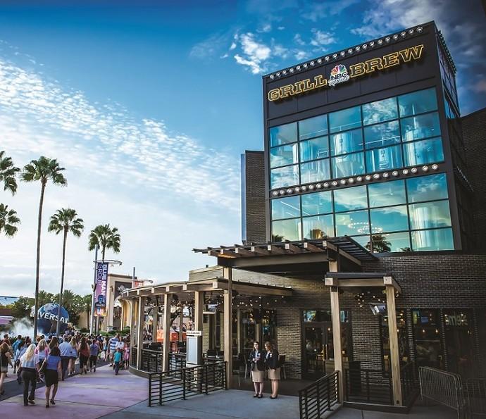 Com diversas opções de entretenimento e gastronomia, Universal CityWalk é ideal para passear com os amigos ou com a família (Foto: Divulgação)