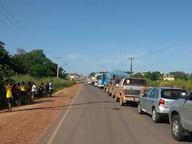 Fila de carros se formou na Avenida Fernando Guilhon, que dá acesso ao aeroporto de Santarém (Foto: Fabrício Araújo)